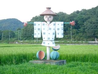 <p>写真:田んぼを守るかかし</p>