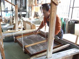 <p>写真:和紙をすいているところ<br /> (提供:(一財)埼玉伝統工芸協会)</p>