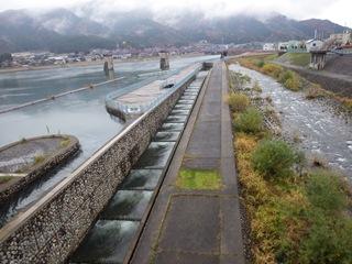 <p>写真:鳴鹿大堰魚道(福井県永平寺町)</p>