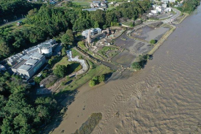 荒川増水中のドローン写真